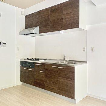 右隣に冷蔵庫おけます。ブラウンのかっこいいキッチンです!