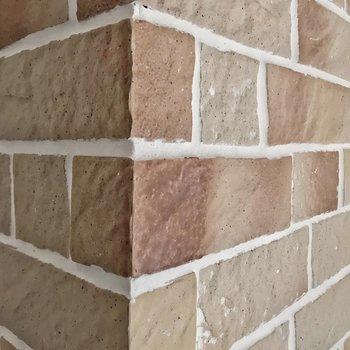 窓近くの柱には煉瓦のようなタイル。この質感、素敵です。