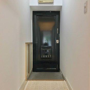玄関も靴の着脱に困らない広さ。(※写真の小物は見本です)