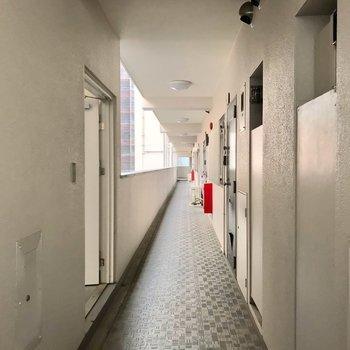 共用廊下は外に面していて、すぐに天気がわかります。