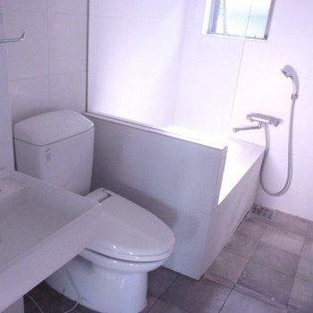 水周りもクールなデザイン。お風呂はガラス張り
