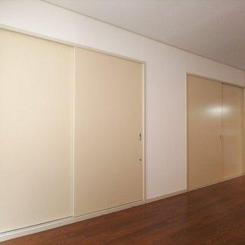 手前が和室、奥が洋室の扉です。