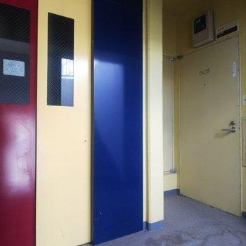エレベーターのデザインが印象的な共有部。