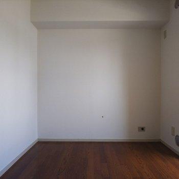 こちらは洋室、シンプルな内装です。