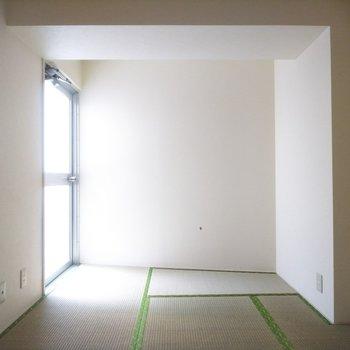 和室にも太陽光が入ります◎奥のドアを開けると室外機置場があります。