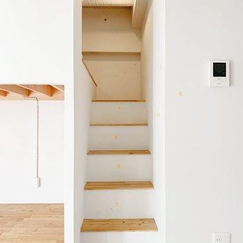 階段でロフトへ※写真はクリーニング前のもの