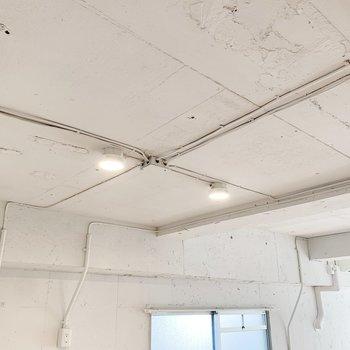 天井はクールにむきだし※写真はクリーニング前のもの