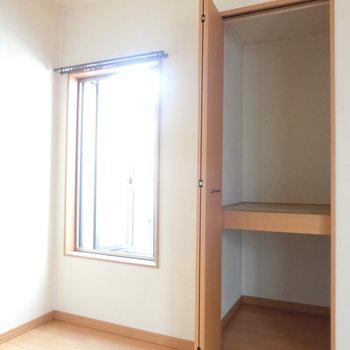 お部屋にあった収納と観音開きの窓。※写真は前回募集時のものです