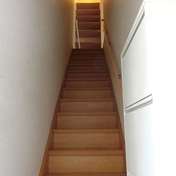 玄関からの眺め。階段を上がりましょう!!※写真は前回募集時のものです