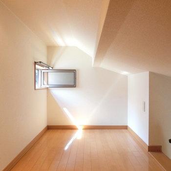 ロフトはこんな感じ。自然光が反射していい感じに。※写真は前回募集時のものです
