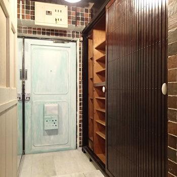 玄関はこちら。右側にシューズボックスと収納があります。