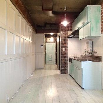 キッチンと玄関ドアはおんなじ水色です。