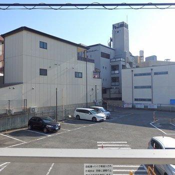 目の前は駐車場…。 ※写真は205号室