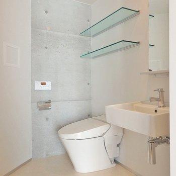 トイレと洗面台は共存タイプ。ガラスの棚がおしゃれ。 ※写真は205号室