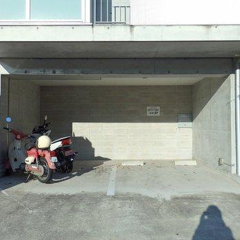 左側にはバイク置き場。自動販売機もあります。