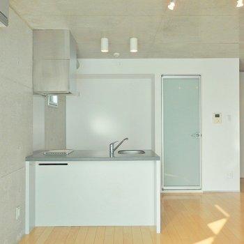 キッチンと奥の扉は脱衣所に続きます。 ※写真は205号室
