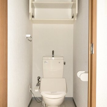 上部には清掃用品を仕舞える棚があります。※写真は3階の同間取り別部屋のものです