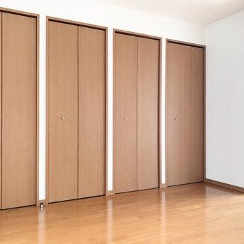 【LD】4つ並んだクローゼットは…※写真は3階の同間取り別部屋のものです