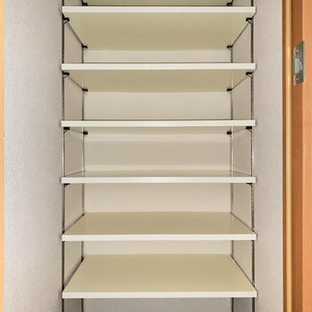高さ調節可能なシューズボックスです。※写真は3階の同間取り別部屋のものです