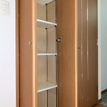クルッと回ると、食料品のストックを入れるのにもってこいの棚も。※写真は3階の同間取り別部屋のものです