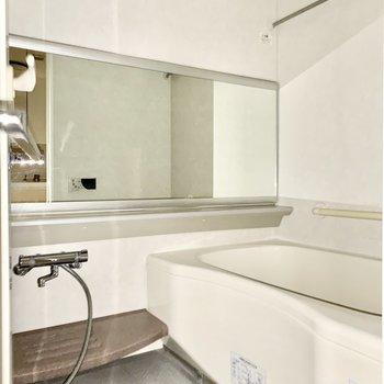 お風呂には大きな鏡!※写真は3階の同間取り別部屋のものです