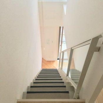 階段を降りてLDKへ※写真は前回募集時のものです