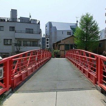 駅へは風情のある橋を渡ります。
