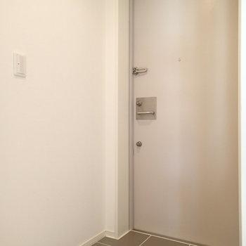 玄関はこちら。右に靴箱がありました。
