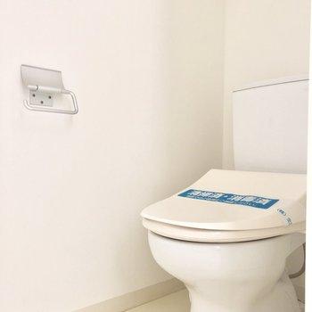 シンプルなトイレ※写真は通電前のものです