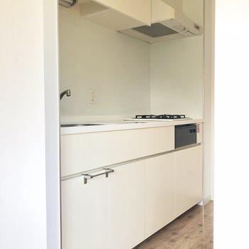 お部屋の雰囲気に合った白いキッチン※写真は通電前のものです