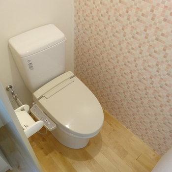 トイレの壁紙面白い!