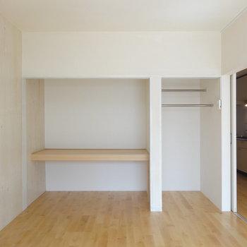 6帖ほどの洋室、収納はオープンタイプ