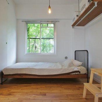 寝室の窓の近くにベッドいいですね。自然の光で目覚めたい。