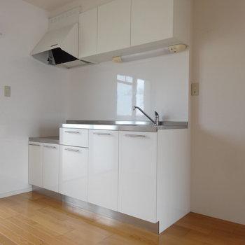 シンプルなキッチンです。冷蔵庫置場はお隣に。