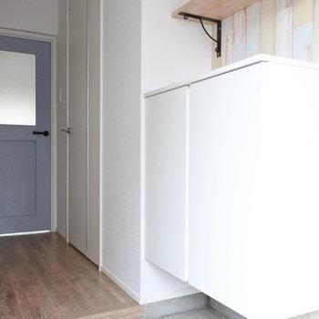 玄関も可愛いっ!青いドアがちらり。(※写真は1階の同間取り別部屋のものです)