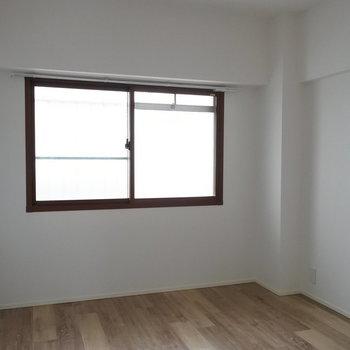 寝室はちょっと暗いかな。(※写真は1階の同間取り別部屋のものです)