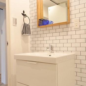 洗面所もタイル調のクロスでかわいくね(※写真は1階の同間取り別部屋のものです)
