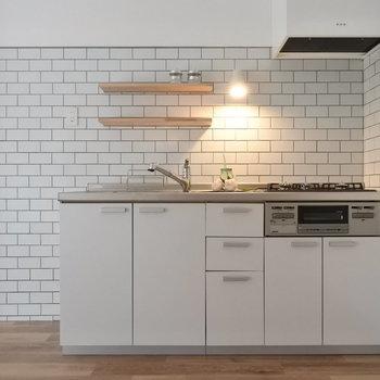 キッチンが可愛い!配管まで可愛くみえるからすごい。(※写真は1階の同間取り別部屋のものです)