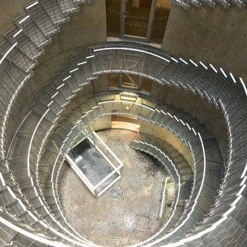 共用部から巨大螺旋階段を見下ろして。圧巻!