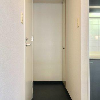 玄関方面へ、左手に先程のトイレがあります