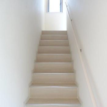 す~と延びる階段です※写真は別部屋です、間取り図をご確認下さい。