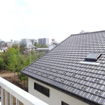 眺望はお隣の屋根と奥の自然※写真は別部屋からの眺望