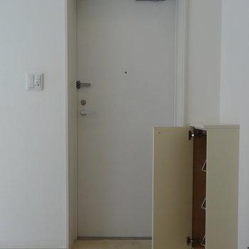玄関はコンパクトに※写真は別部屋です、間取り図をご確認下さい。
