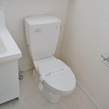 シンプルなトイレ※写真は別部屋です
