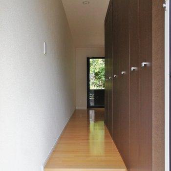 玄関から。上品※写真は別部屋です