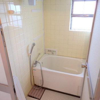お風呂は若干古さの残るタイル仕様