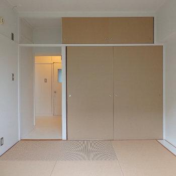独立した寝室。扉などパルプでできています
