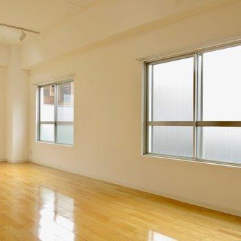 この窓からバルコニーに出ます※写真は前回募集時のものです