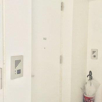 お部屋の玄関は白で可愛く※写真は前回募集時のものです
