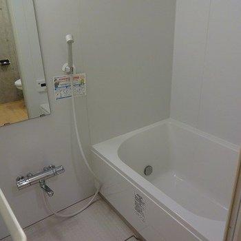 広めのお風呂。※写真は2階の同じ間取り別部屋です